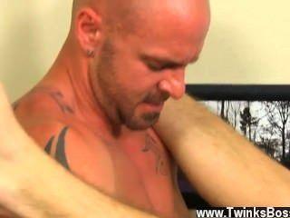 Primer video gay que le da al mensajero que lo golpee duro antes de que él consiga