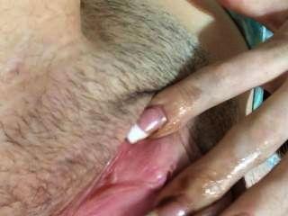 Dedo de la muchacha de 18 años que se folla hasta que ella cums entonces spankin que el culo