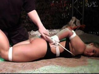 Convención bondage, descalzo hogtied
