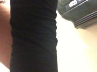 Esposa peeing en el baño en el trabajo, no en sus pantalones esta vez!