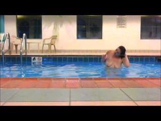Redhead maddie nada totalmente desnuda en la piscina del hotel mostrando todos !!