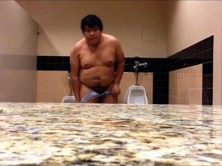 Chubby boy completamente desnudo en baño público
