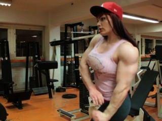Fbb flexionando sus enormes bíceps