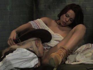 Estrella luna obtiene coño cubano lamido por sheriff lesbiana de titty grande!