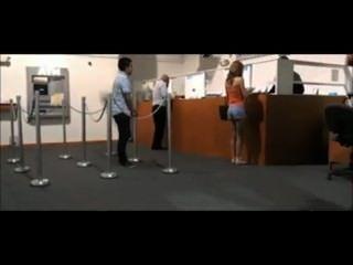 Chica es atrapada parpadeando en un banco por la guardia
