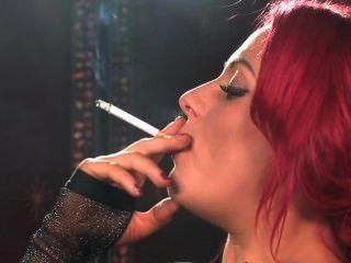 Sexy fumando pelirroja