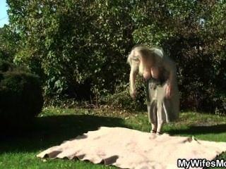 Esposa se vuelve loca cuando los encontró puta en el jardín
