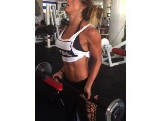 Bíceps y abdominales en el gimnasio