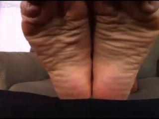 Pequeño hombre adora pies de cali logans
