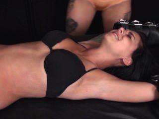 Erika sexy atada y cosquillas