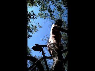 Mtb paseo en los arbustos me desnudo desnudo y buttfucked mi asiento de bicicleta!