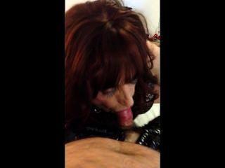 Tranny cocksucker mandy sirviendo a su maestro