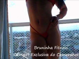 Hot girl desnuda en la terraza público striptease exhibicionismo