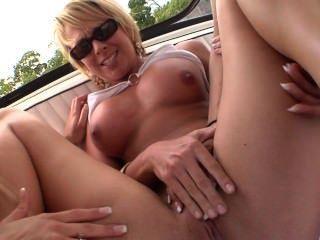 Paseo en barco con múltiples lesbianas