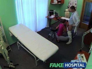 Fakehospital de pelo corto hottie no tiene seguro, pero un coño muy apretado