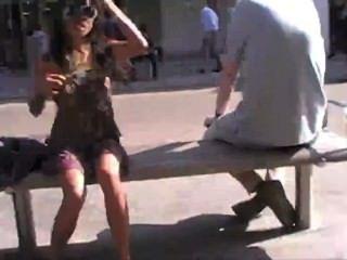 Parpadeo asiático en público sin pantalones
