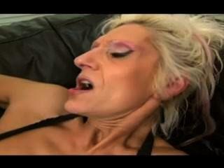 Sucia vieja abuela se la follan por un gran gallo negro (chorro de coño viejo)