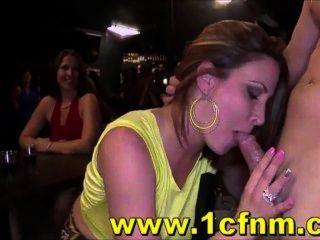 Las mujeres se vuelven locas por la polla stripper en el club cfnm