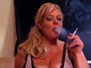 Rubia milf fetiche de fumar todo blanco