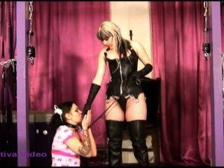 Chica esclava realiza para la diosa sativa