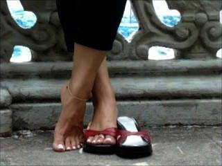 Jugando con los zapatos con los dedos largos atractivos
