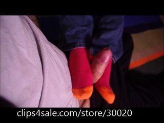 Su primer trabajo de calcetín enorme semen tiro en sus calcetines