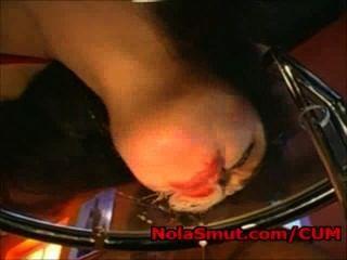 Anita schwarz licks cum desde una mesa de vidrio