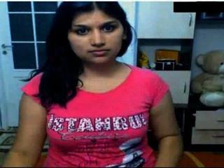 Chica india caliente desnuda delante de la leva posing sus tetas y digitación en el coño