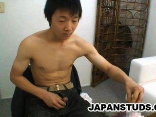 Ryoji tomita lindo nippon chico frotando su dura polla