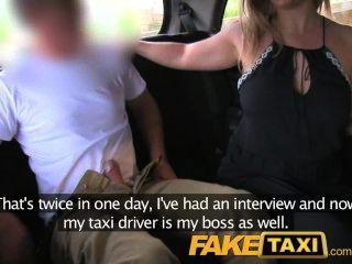 Faketaxi caliente después de la entrevista y la mordaza de la polla grande