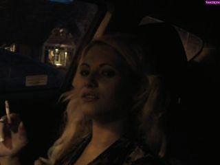 Deliciosa niña de humo en el coche, part1 no desnuda (part2 en privado) fumando f
