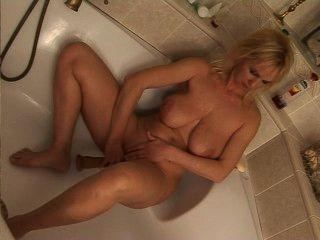Rubia madura paseos consolador en la bañera