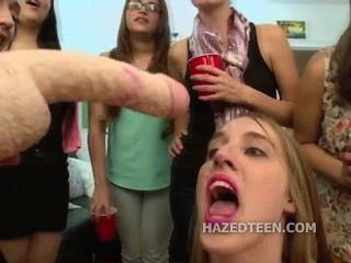 Las muchachas adolescentes chupan el consolador doble dirigido