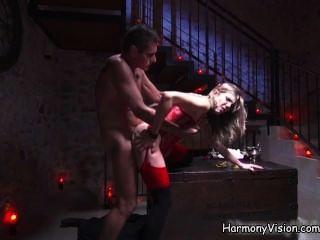 Ella es follada por un monje en un sótano