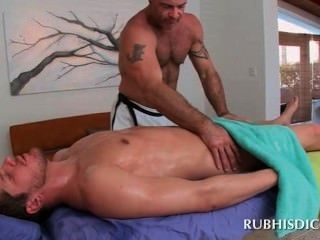 Culo recto stud burlado por masajista musculoso gay cachonda