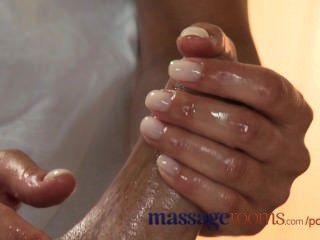 Salas de masaje caliente rubia joven toma una polla de grasa en su coño afeitado apretado
