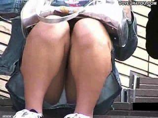 Escalera abierta piernas anchas bajo las bragas