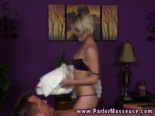 Rubia no puedo esperar para el masaje erótico con el cliente stud