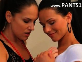 Morenas lesbianas en nylons desnudarse