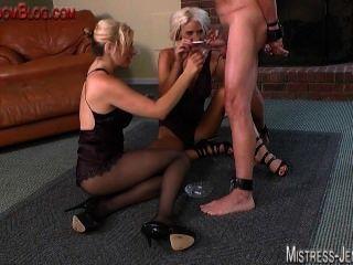 Tortura de pelo de cockand y el azote por dos dominatrix sadista rubio
