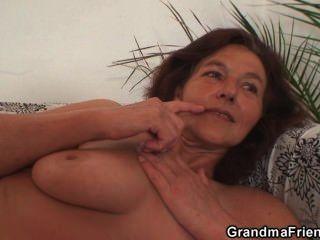 Abuela disfruta dos gallos jóvenes