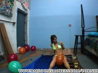 Adolescente en bikini pops globos