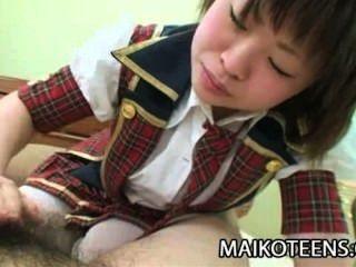 Mayu nakane joven japonés disfrutando de la polla dura