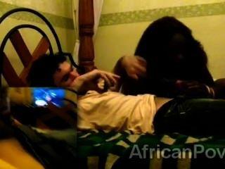 Impresionante puta africana satisface a un talentoso dong turistas en escena amateur