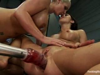 2 chicas calientes obtener golpeado por las máquinas de mierda