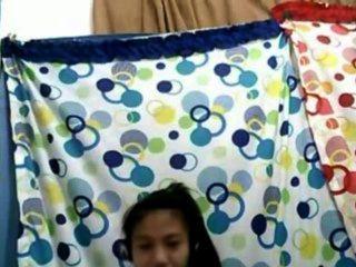 Chica filipina 21 mostrando sus tetas bonitas en la cámara
