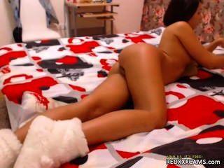 Masturbándose en bragas de sujetador y medias negras redxxxcams.com