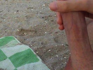 Gay se masturba y se folla en la playa en público