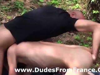 Dominador gay domina y los puños chico joven en los bosques