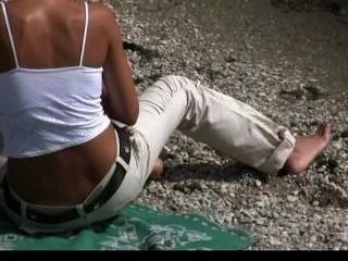 Nudista adolescente no tímido sobre posar desnudo en la playa